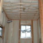 断熱材:羊毛断熱材サーモウール ふわっふわっの羊毛に包まれたN様邸。床や壁は隙間無くぎゅうぎゅうに詰め込まれています。 天井裏は膨張して、厚み20cmになっていました。