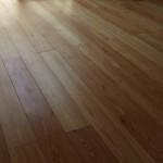 床:天然唐松無垢フローリング 1階は濃茶のオイル塗り仕上げで少し落ち着いた雰囲気に、 2階はクリアのオイル塗り仕上げで明るい部屋になりました。