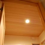 天井:青森ひばの羽目板 トイレと洗面の天井は森の香りがする青森ひばを貼っています。 深呼吸すると体の心まで気持ちよくリラックスしてしまいます。