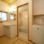 洗面ルーム:洗面の鏡と棚は、木楽オリジナルパインの天井板ともよく似合いナチュラルな空間です