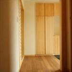 リビングからも玄関からも陽がはいる明るい玄関ホール。 たっぷり靴が入る玄関収納はパインの扉。木で囲まれてホッとする玄関です。