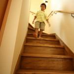 水廻り・和室以外の床は全てオイル塗装仕上げの無垢の床。もちろん階段も・・・ 夏も冬も裸足で過ごせるからスリッパはもういりません。