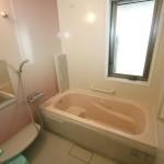 バスルーム:可愛くなったピンクのバスルーム。南側のリビングから洗面所、浴室の窓へ風が通り抜けていきます