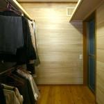 ウォークインクローゼット:寝室に隣接するウォークインクローゼット。壁に張った桐板が自然の防虫効果を発揮します