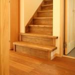 踊り場をつくったり、勾配を緩くしたり、上がり降りしやすい階段に設計。