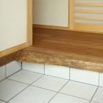 他にも:無垢板 玄関にはセンの無垢板から切り出した上がり框。 トイレやリビングのカウンターなどにも木楽の無垢板を使用しています。