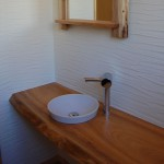 無垢一枚板を使った木楽オリジナルのトイレ手洗いカウンター。 贅沢なひと時が過ごせるトイレ空間は、お客様も驚きです。