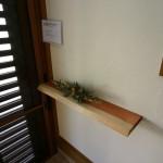 玄関ホール:玄関には、奥様の趣味のドライフラワーを飾ってお客様をおもてなしします