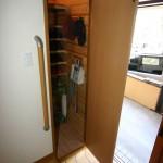 玄関クローク:広い玄関ホールにするため、下駄箱は置かずクロークをつくりました扉を閉めるとスッキリ