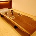 ダイニングテーブル:ブラックウォールナットの一枚板。長さ3mのテーブルは10人でもゆったり座れます。