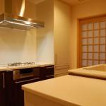 キッチン:キッチンの奥には3帖ほどの食品庫兼納戸。そして勝手口から玉ねぎを干している外テラスへつながります。