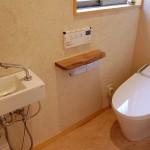 トイレ:一般的な1帖のスペースでもタンクレス便器だと広く感じます。床はお掃除が簡単なリノリゥムシート仕上げ。