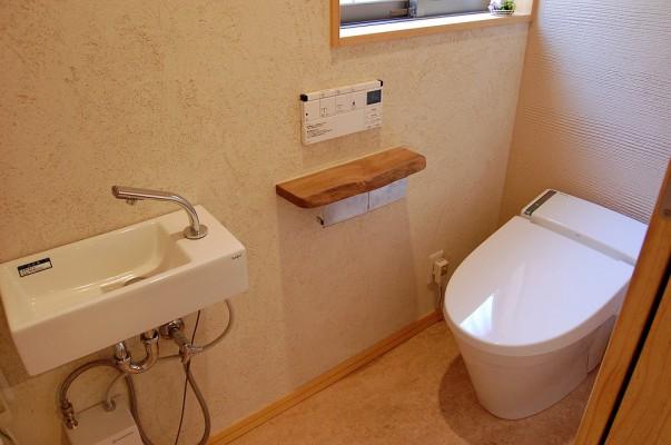 1帖スペースのトイレ空間でもタンクレストイレの採用でひろびろ。