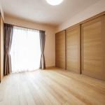 LDK(2):就寝の頃には、LDKと洋室の間の3枚扉を閉じると仕切られた6帖の寝室に早変わりです。