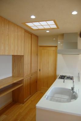 キッチン3:白い大理石のカウンターにまあるいライトグレーのシンク。シンクが目立たないのも良いですね。