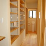 廊下:1階廊下には壁面収納がずらり。家族共用の本棚として大活躍しそうですね。