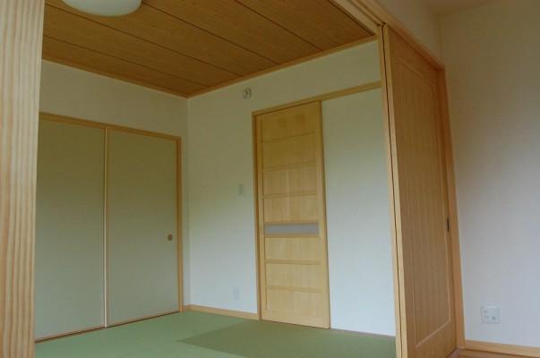 和室からは玄関ホールへ出入り出来ます。客間としてもご使用頂けます。