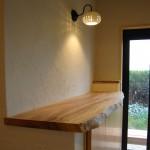 玄関2:造り付けの木楽オリジナル玄関収納。クスの一枚板カウンターを使用しています。