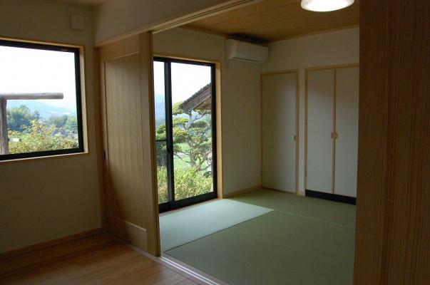 引戸を全開にすると、隣の和室と続き間に。おじいちゃん専用のサブリビングとして使えます。