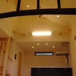 リビング1:リビングの天井は、2階から続く屋根の勾配を利用した吹き抜けで開放感たっぷり。
