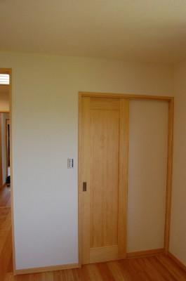 ウォークインクローゼット入口。ゴチャゴチャしていても扉を閉めればスッキリ。