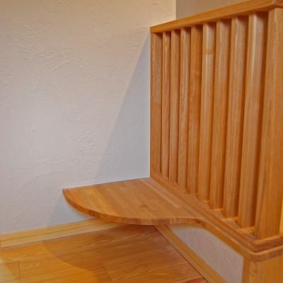 """階段ホール2:階段手すりのわきのまあるいカウンター?椅子ではないんですよ。ここはお掃除ロボット""""ルンバ""""の基地。毎日頑張ってくれるルンバにお家を作ってあげました。"""