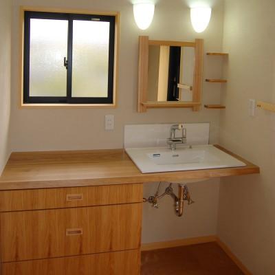 バスルーム2:木楽オリジナルの洗面カウンターと木の鏡。小さな棚も無垢の木の端材を使いました。洗面ルームのカウンターが広いと洗濯物をたたんだり出来て便利です。
