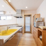 キッチン:キッチンのカウンターは傷や染みついた汚れを自分たちで削って直せる優れもの。