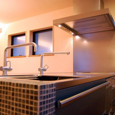 キッチン2:キッチンと同じ高さでつくったカウンターには、ガラス製のモザイクタイルを貼ってプチレトロな雰囲気に・・・「お掃除が大変そう。」と言われますが、油も水もはじくキッチン専用のタイル目地だから汚れにくいです。