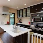 キッチン:南に移動したキッチンはとても明るい。向かい合って使えるシンクはみんなで楽しくお料理できます。
