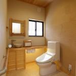 トイレ:介護を見据えた広いトイレ。天井に張った青森ひばの香りにホッと癒される空間です。