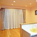 キッチン(2):キッチンに立つと正面の大きなテラス窓からお庭を眺めることができます。