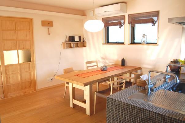 リビング1:2階が団欒の空間LDK。収納は造りつけにしたのでダイニングにはナラの一枚板のテーブルだけ。シンプルに暮らしています。モノが少ないとお掃除も簡単ですね。