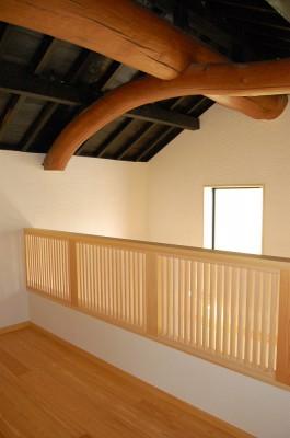 蔵の屋根を支える大きな丸太梁。木楽スタッフが心をこめて磨きました。