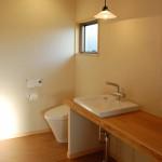 バスルーム2:バスルームには、洗面とトイレがあります。木楽オリジナルの大きな木のカウンターに洗面器をはめ込みました。アイロンかけや朝の身支度にとっても便利なカウンターです。窓からは朝日が差し込むのでお寝坊さんも爽やかな朝を迎えることが出来ます。
