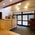玄関ホール:ケヤキ一枚板の玄関収納は両面から使える工夫を。世帯で分けれるほうが遠慮なく使えていいですよね。