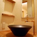 和室3:和室を出た廊下に陶器の手洗い器を設置しました。朝、顔を洗えるくらいの大きめのものです。その横にはトイレを配置しているので、お泊りいただいたお客様は和室周辺ですべてまかなえます。