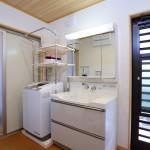 洗面所:コルクの床は暖かくて柔らかくて安全。勝手口から出るとそこは物干し場。