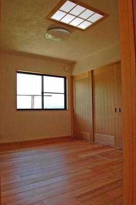 自然素材と自然光に包まれた居心地の良い寝室。
