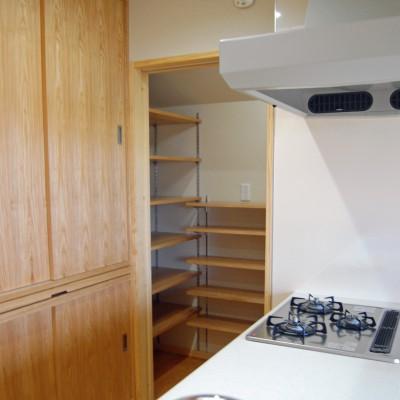キッチン4:キッチン横には便利なパントリー(食品庫)。キッチンのすぐ傍にあると必要なときすぐ取り出せるし、いつも目に触れるからストック品の賞味期限が切れてたなんてことも減るかもしれませんね。