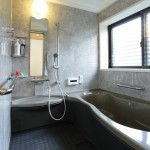 和風テイストな落ち着いた色合いのシステムバス。人造大理石の浴槽はとても滑らかで気持ち良い。