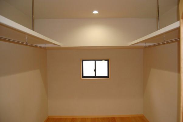 ウォークインクローゼット:同じく2階に家族全員が使うウォークインクローゼット。6帖あります。お風呂~洗濯~物干し~クローゼットが全て2階にあるから家事がスムーズ。