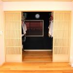 寝室2:格子戸の向こうにはウォークインクローゼット。忙しい時、中で着替えて脱ぎっぱなしでも戸をパタンと閉めるとスッキリ!!横着者にお勧めのプランです。(私だけかしら?スミマセン)