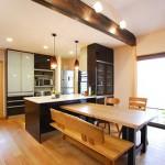 ダイニング:テーブル、椅子、ソファ、TVボードなども木楽でコーディネート。照明も欠かせないインテリアです。