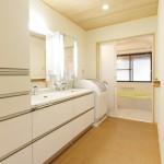 洗面所:明るくなった洗面所には大家族に嬉しい2ボウルの洗面カウンター。床はコルクなので裸足でも気持ちいい。