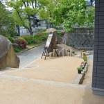 アプローチ2:歩道から玄関まで続くのはタタキのような仕上がりの舗装用の土。