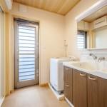 洗面ルーム:キッチンから出入りできる洗面所。足さわりの良いコルクの床。そしてけいそう土の壁が浴室からの湿気もしっかりと吸い取ってくれます。