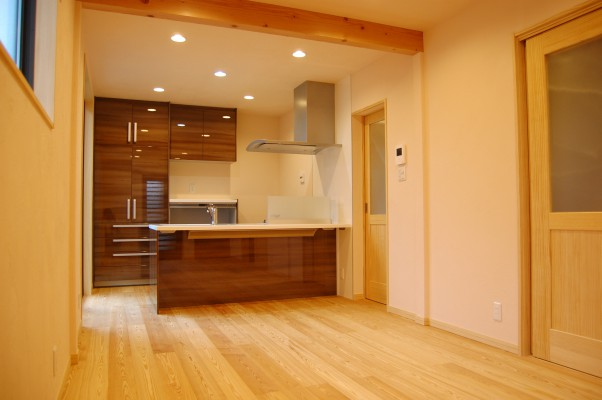 化粧梁がアクセントに。キッチン扉はとても高級感あります。