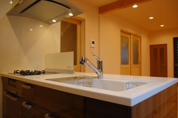 幅1m95cmの超コンパクトな対面キッチン。ふたり暮らしにちょうど良い。