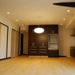 たっぷりの収納と家電専用の収納が正面に。ペンダントライトの下にはダイニングセットがくる予定です。